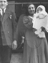 Louis en Jeanne met kleine August voor hun beenhouwerij in de Carmerstraat