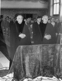 Rechts staat broeder René Decoster
