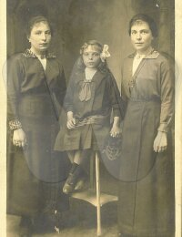 De zussen Hélène, Madeleine en Albertine De Nolf in 1920