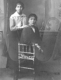Hélène De Nolf met haar vriendin mejuffrouw Meulenbroek in 1921