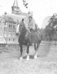 Omer Verhoye op het paard bij kasteel Ten Berghe